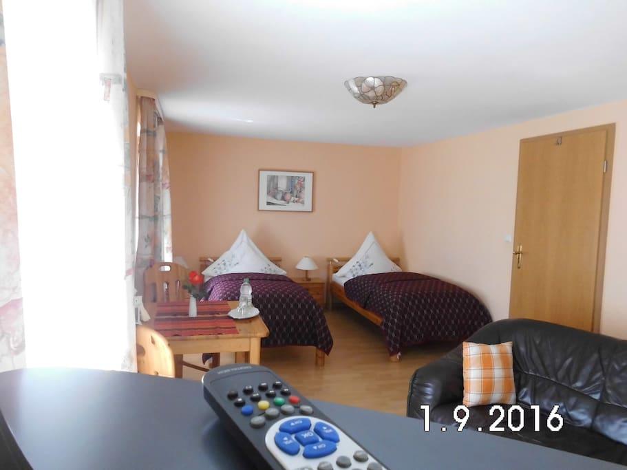 Apartment 2 mit zwei Betten 0,90 x 2,00 rechte Tür zu Küchenzeile und weiter zum DB