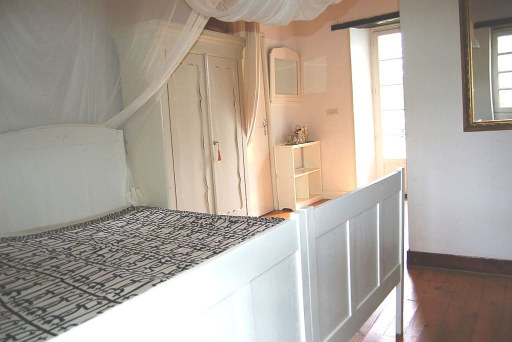 een van de tweepersoonsslaapkamers / one of the two double bedrooms