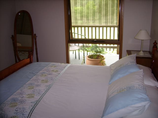 Queen bed Shady Brook Alpine apartment with great views