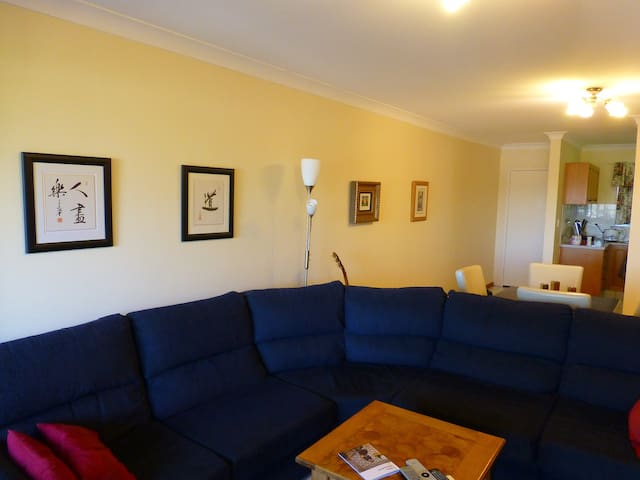 Close to the city, bed and bathroom - Wooloowin - Apartamento