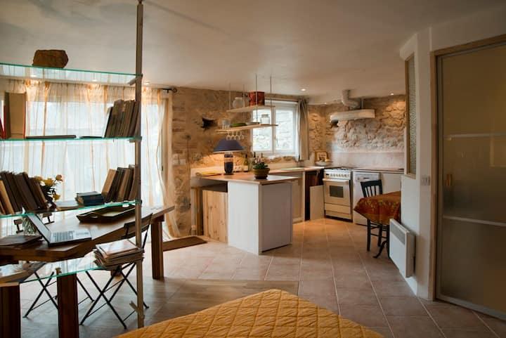 charming, large studio, near Aix