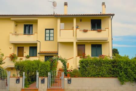 Fully furnished apt close to sea - La Cinquantina - アパート
