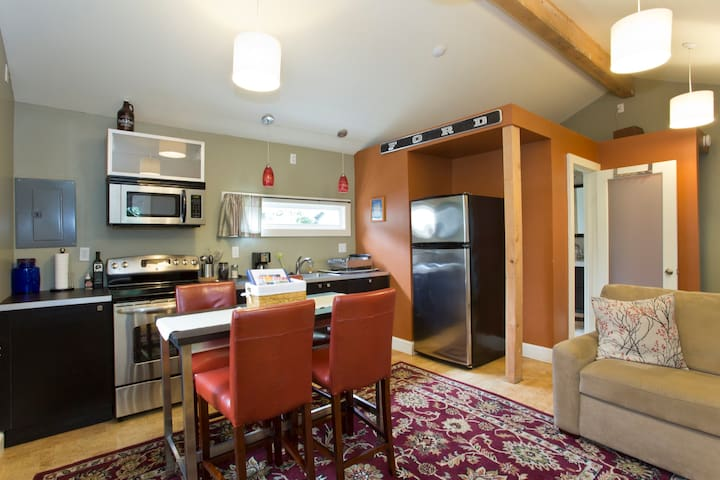 Quaint & Cozy, Private Sellwood Guest House