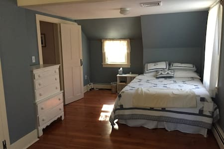 Historic 1753 Colonial Near Beach - 1 private room - Kingston