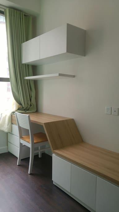 Desk in Small bedroom