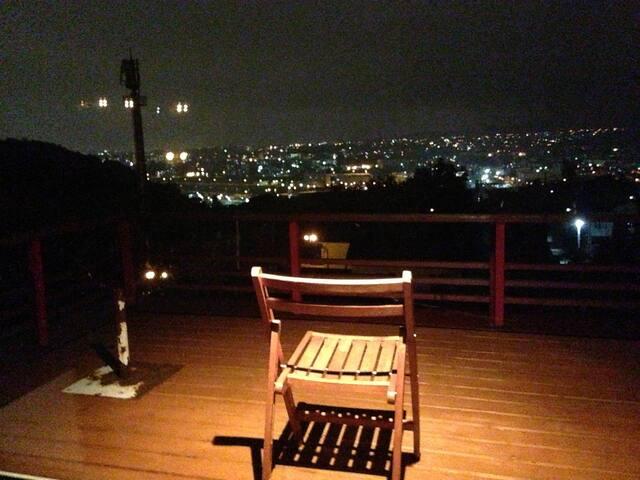 ゲストルームのバルコニーからの夜景