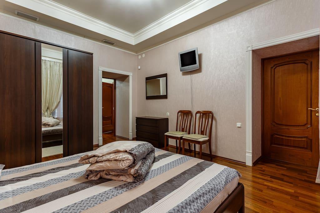 The first bedroom Queen size bed/Первая спальня с двуспальной кроватью