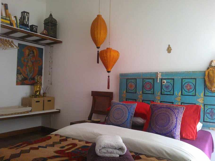 ganeshhome madrid centro hab india bed and breakfasts for rent in madrid community of madrid. Black Bedroom Furniture Sets. Home Design Ideas
