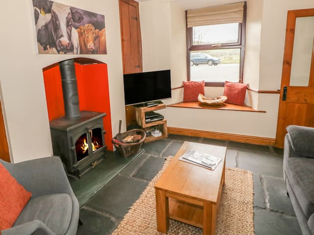 GILPINS COTTAGE, pet friendly, with open fire in Staveley, Ref 972495
