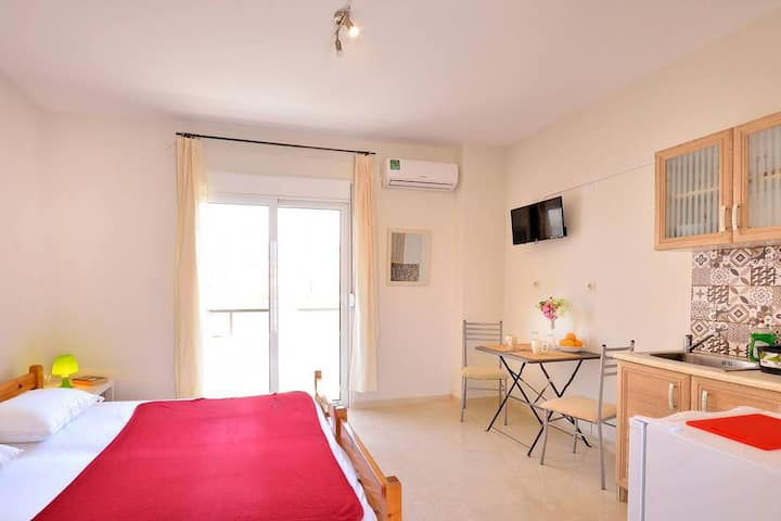 Studio 2 in the ♥ of City w Balcony, 3min to beach