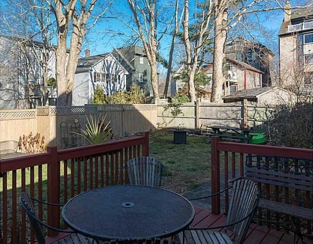 Dogs love this backyard!-Quaint Downtown Loft.