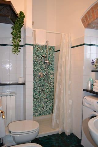 bagno con doccia, lavatrice