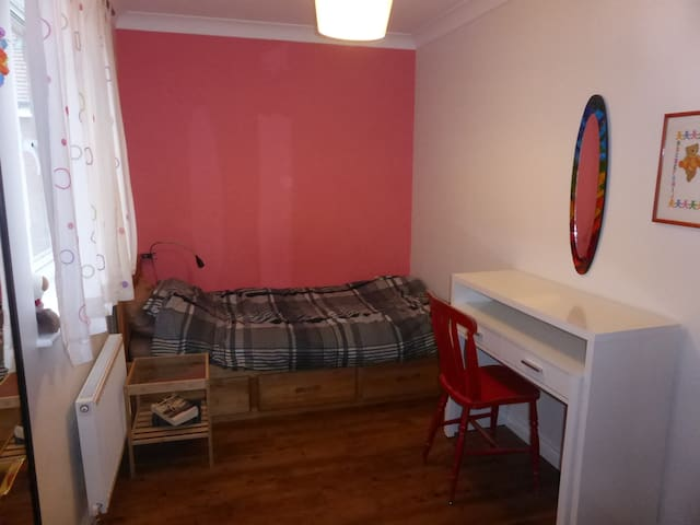 Cosy single bedroom, private bathroom, breakfast - Cambourne - House