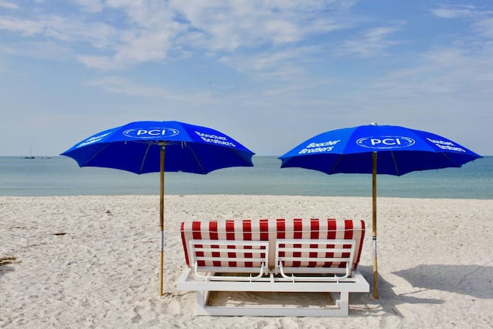 STAY 4 NIGHTS AND SAVE! PERFECT BEACH VACAY!