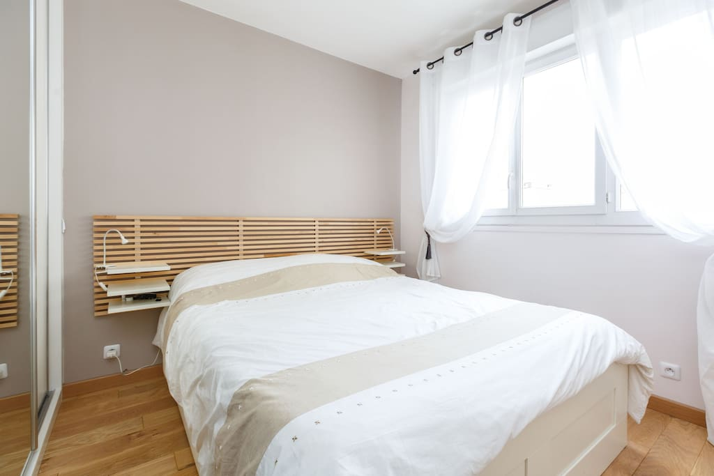 Chambre avec grand placard, lit king size et bureau