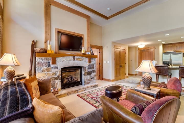 Ski-in/ski-out lodge with room for four, cozy fireplace & shared hot tub!
