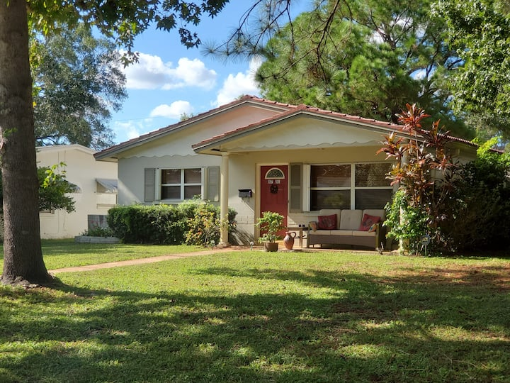 CUTE BUNGALOW - Centrally Located