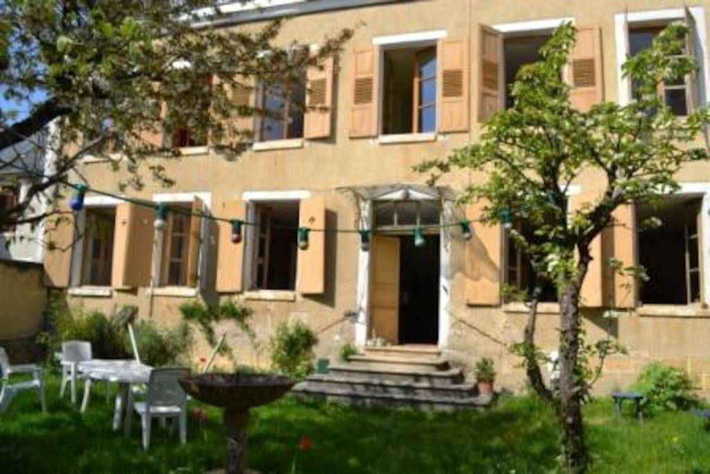 La façade. La maison garde le frais l'été...