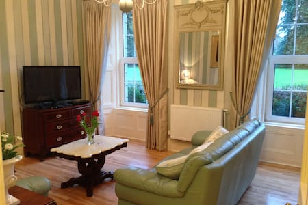 Lovely apartment/suite on historic estate on lake