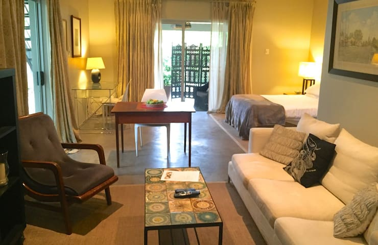 Self-contained studio. Lovely area. Walk to shops - Johannesburg - Huis