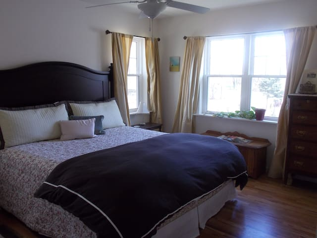 Ye Olde Manor House Pond View Room - Elkhorn - Bed & Breakfast