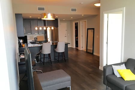 Modern Downtown Condo with Free Parking - Calgary - Lakás