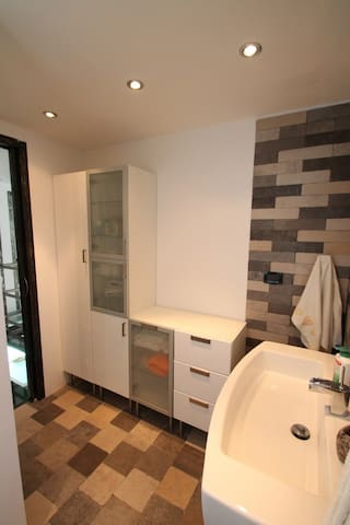 great size bathroom with confortable shower