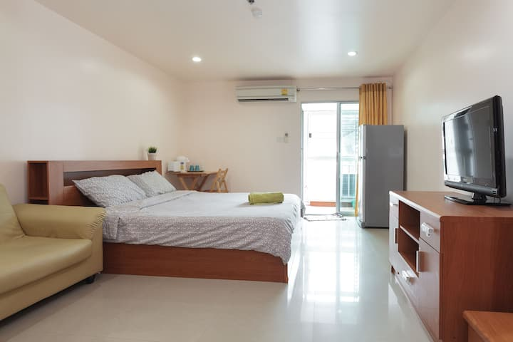 Comfy 32SQM with WiFi/Netflix/pool/gym near BTS