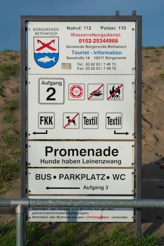 Das Schild zum Strandeingang. (Nur ca. 350 Meter zu Fuß entfernt.)