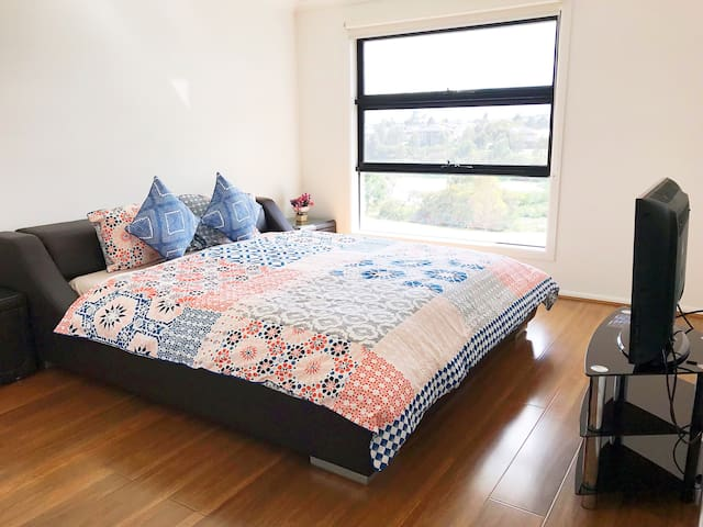 Shared New Double Storey House Near Melb Airport
