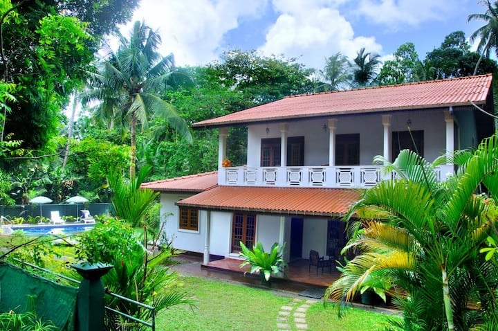 5 BR Private Holiday Villa with a Pool