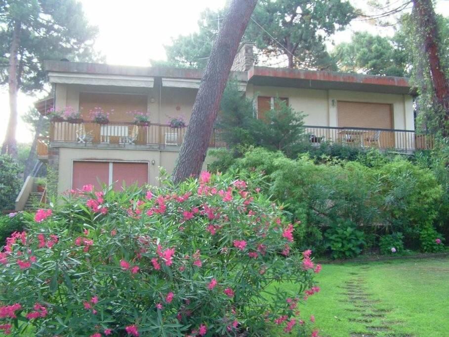 la casa vista dal giardino. La nostra è quella in alto a destra