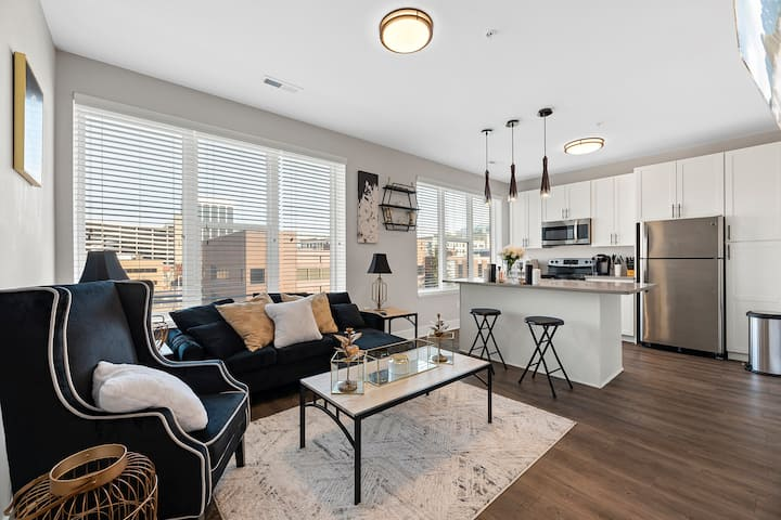 Gorgeous Cozy Uptown Mid-rise Condo With City View