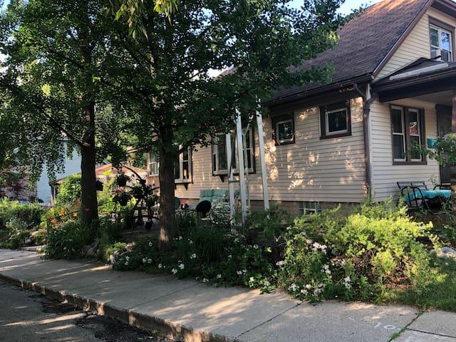 Rosie's Eastside Garden Bungalow