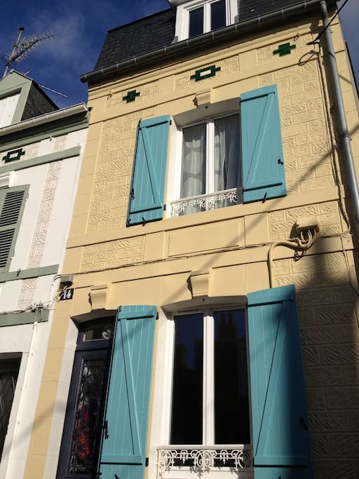 La jolie façade aux volets bleus de Ma Maison du Pêcheur