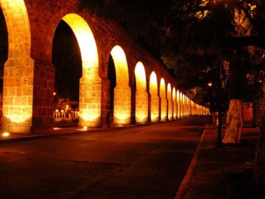 El Acueducto característico de Morelia a 3 cuadras de la casa. The characteristic Aqueduct of Morelia, 3 blocks from the house