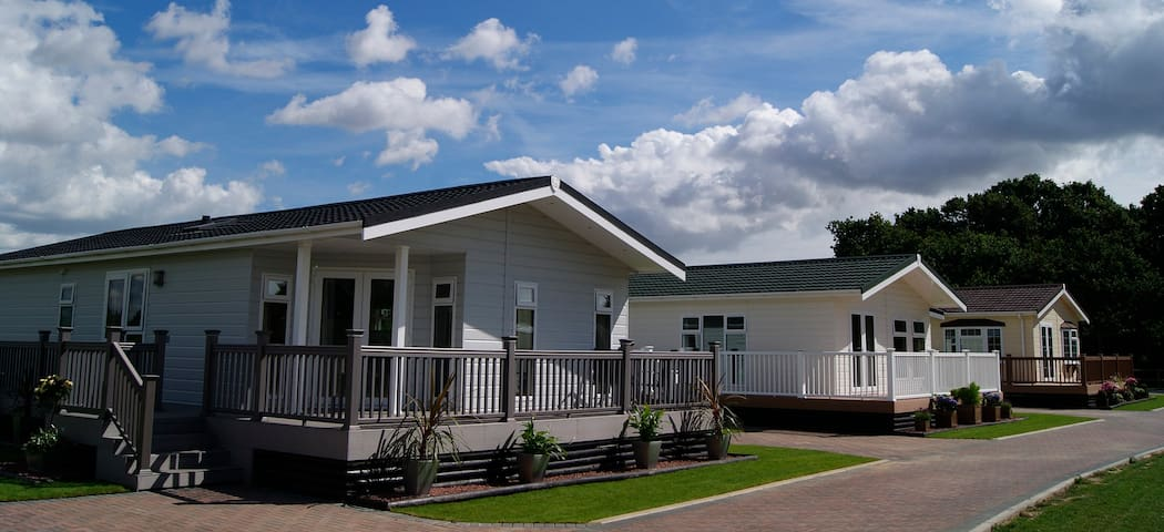 2 Bedroom Signature Lodge at Elm Farm - Thorpe-le-Soken - Chatka w górach