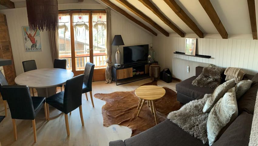 Salon avec canapé lit ouvert sur la cuisine