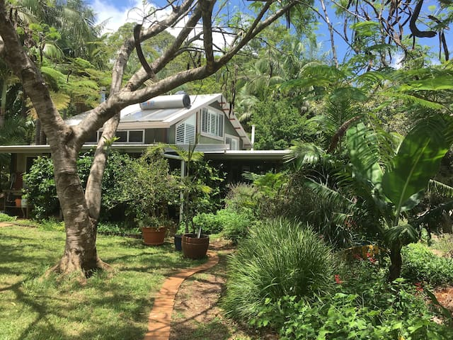 Lush Eco Shack with pool b/w Byron & Bangalow
