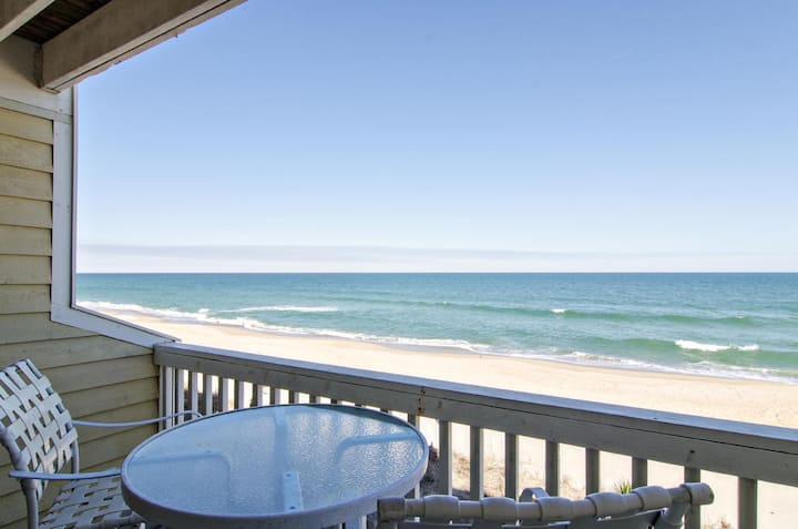 Bob's Place-Beautiful oceanfront condo with resort style amenities