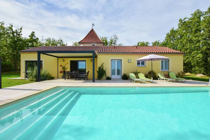 Charming house with private swimming pool, swimspa, and a beautiful view.