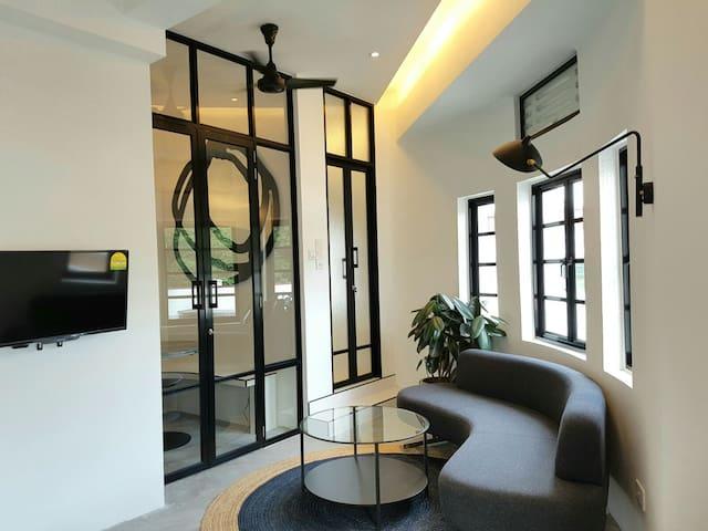 T - Sunlit Charismatic Art Deco Suites