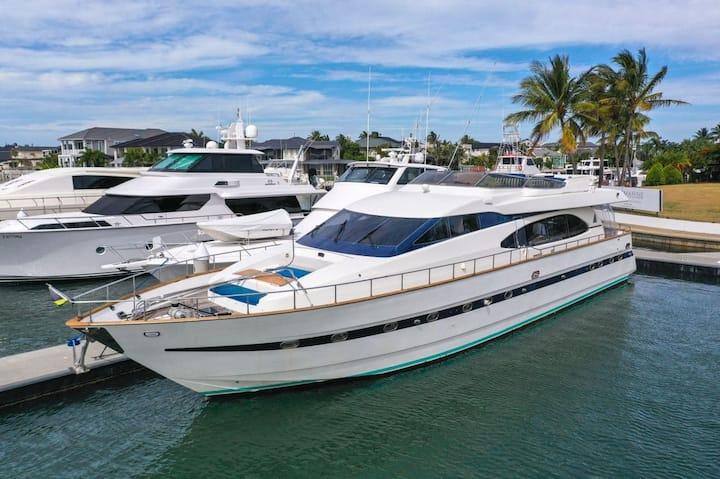 90ft Million Dollar Luxury Yacht!