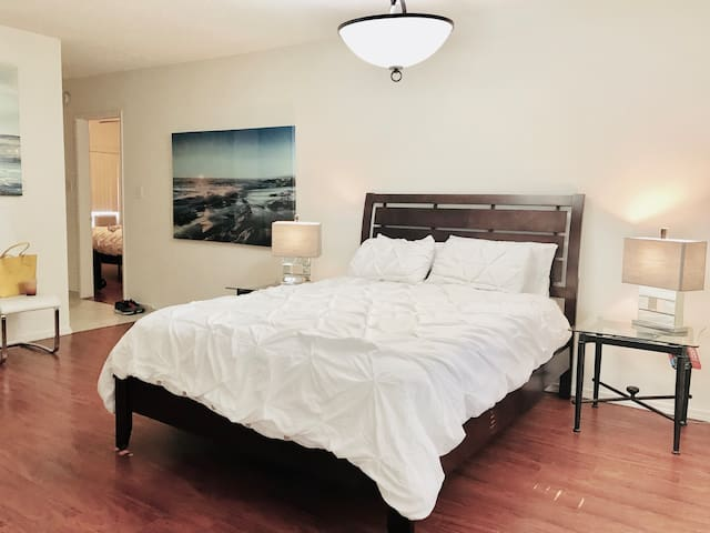 HOLLYWOOD WOW! 2Bdrm 2Bath 3BedsFREE PARKING+POOL
