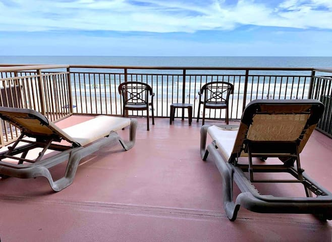 LOUNGE ON THE ENORMOUS 15X16 OCEANFRONT BALCONY AND WATCH THE WAVES! Great space with a KING BED and FULL KITCHEN. Pools, Hot Tubs, Lazy River & More   TMc