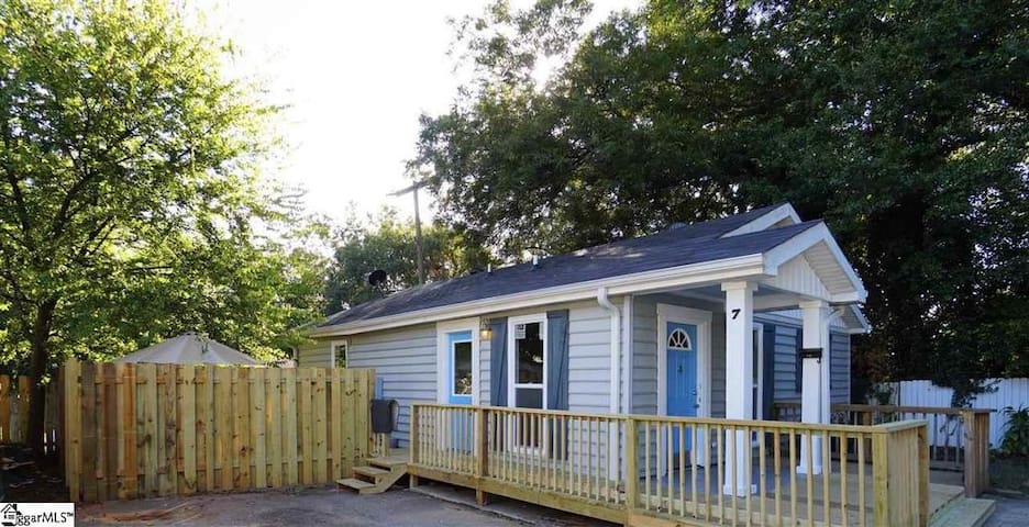 Blue Door Bungalow w/ Backyard near Falls Park