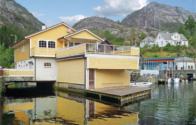 Holiday cottage with 4 bedrooms on 160 m² in Sævareid