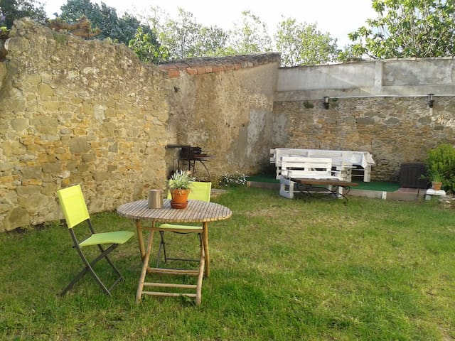 Maison ensoleillée avec jardin dans un village - Villesèquelande - Casa