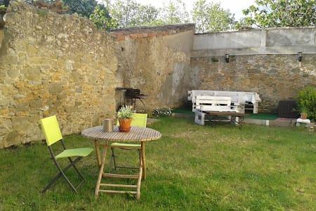 Maison ensoleillée avec jardin dans un village - Villesèquelande - Talo