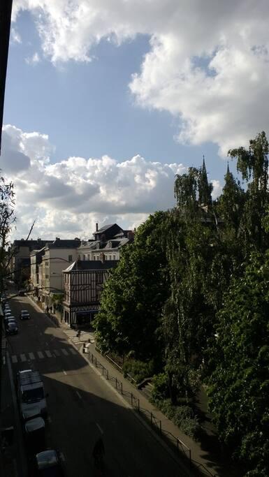 La vue de votre chambre, derriere les arbres l'abbatiale Saint-Ouen